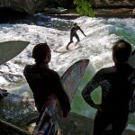 "<!--:es-->""River surfing"" en Munich<!--:--><!--:en-->River surfing (Munich)<!--:-->"