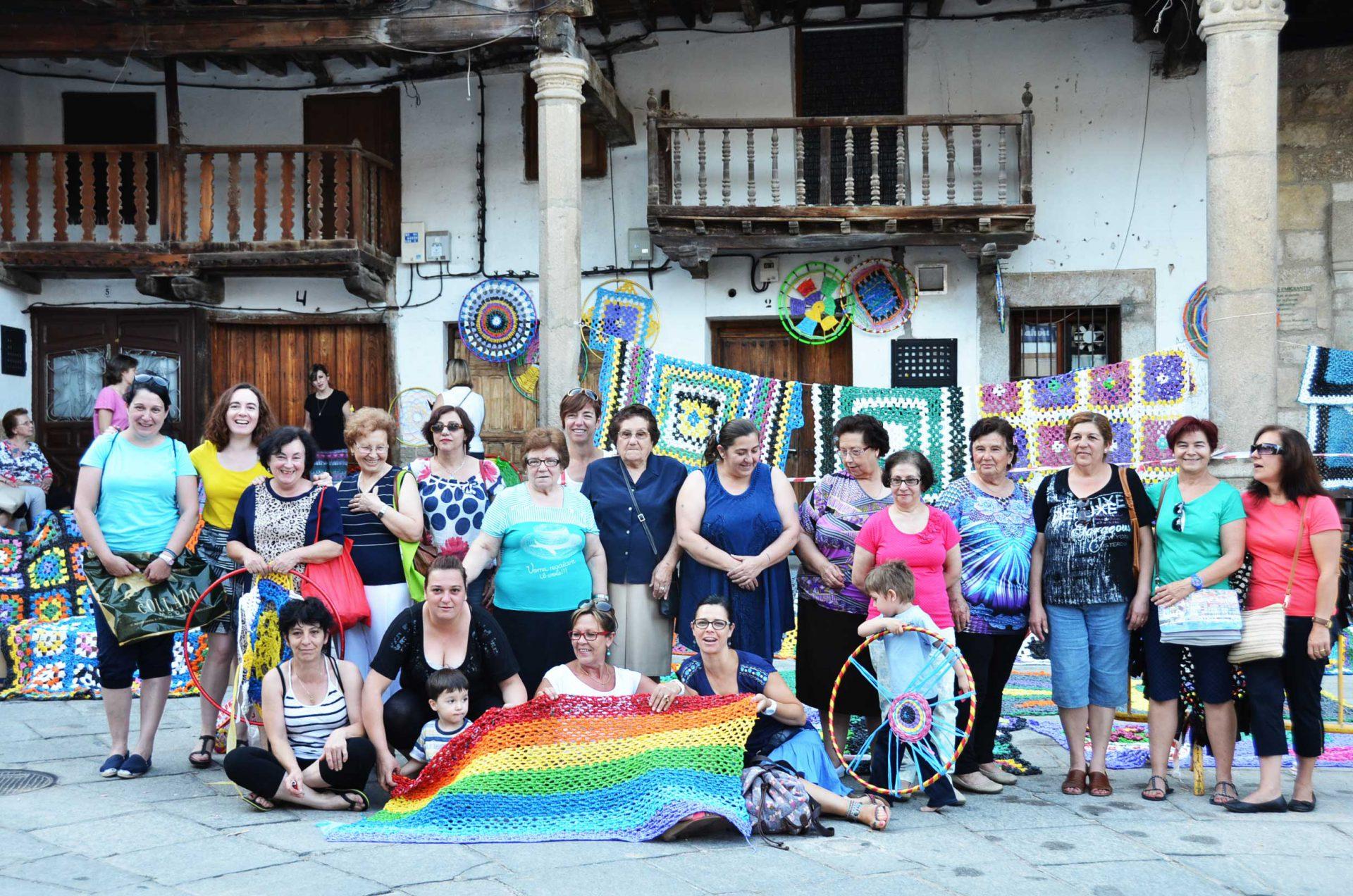 tejiendo-la-calle-parasoles-de-ganchillo-creando-ciudad-crochet-umbrellas-creating-city-por-marina-fernandez-ramos-weaving-the-street-more-than-green-ppal